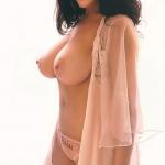 belle amatrice nue du 25 montre ses seins