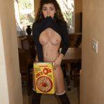 femme nue du 21 montre ses gros seins