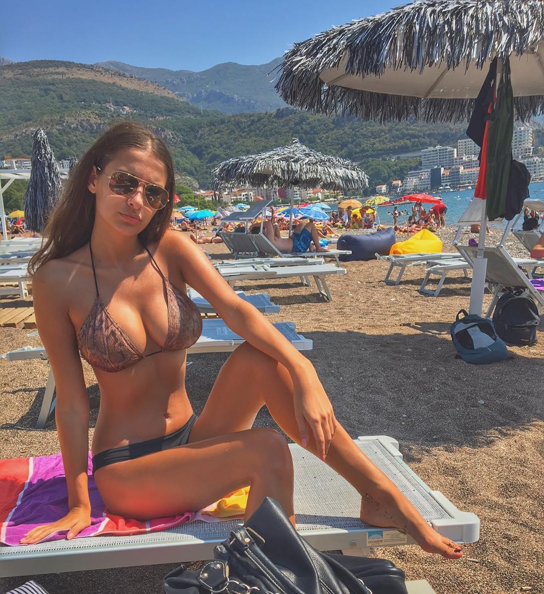 femme nue du 30 montre ses gros seins