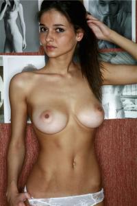 femme nue du 35 montre ses gros seins
