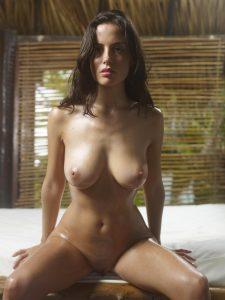 les gros seins d'une femme sexy dans le 08