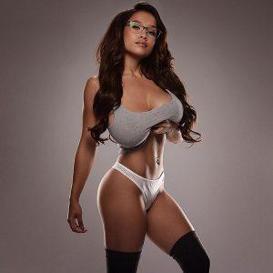 les gros seins d'une femme sexy dans le 28