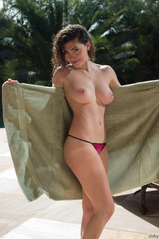 photo femme grosse poitrine nue dans le 120